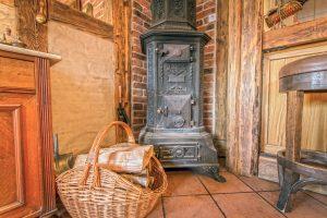 Blick in die Müllerstube mit altem Ofen